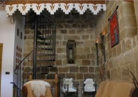 Sala de estar con escaleras de forja