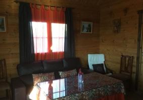 Sala de estar con la mesa y sillas