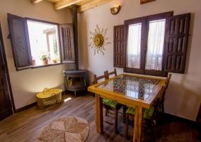 Sala de estar con paneles de bambú