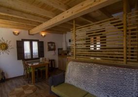 Sala de estar con mesa de madera natural a la entrada