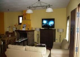 Sala de estar con mesa camilla