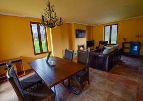 Sala de estar amplia con la chimenea y un cuadro