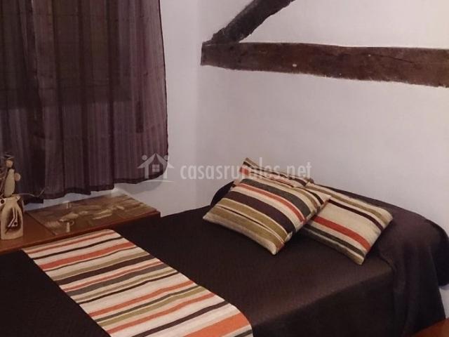 Dormitorio doble con cojines de rayas