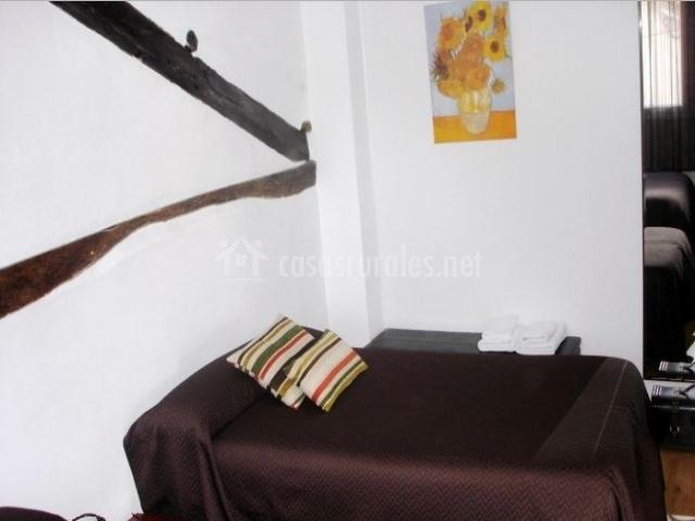 Dormitorio doble con cuadro de girasoles