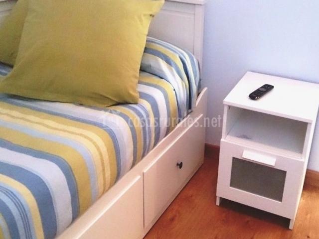 Dormitorio individual con mesilla en blanco