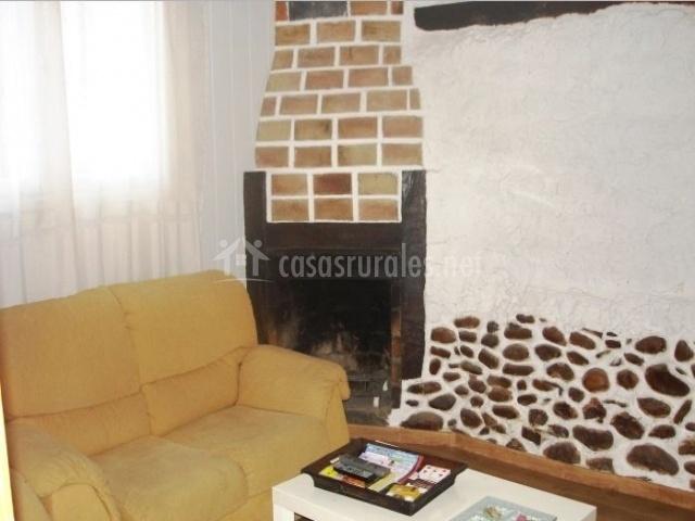 Sala de estar con chimenea integrada en la pared