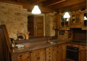 Cocina comedor con barra y chimenea
