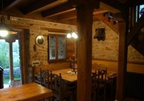 Cocina con armarios de madera y la ventana