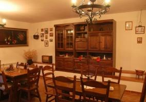 Sala de estar con sillones de cuero y paredes de piedra