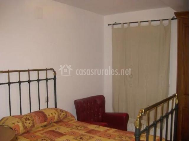Dormitorio de matrimonio con cabecero de forja negra