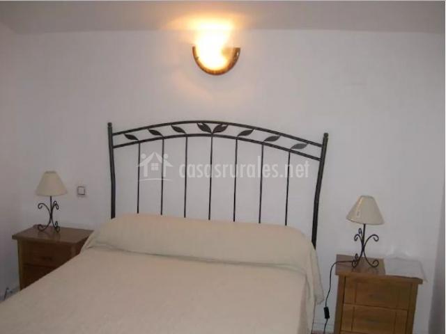 Dormitorio de matrimonio con mesillas a los lados