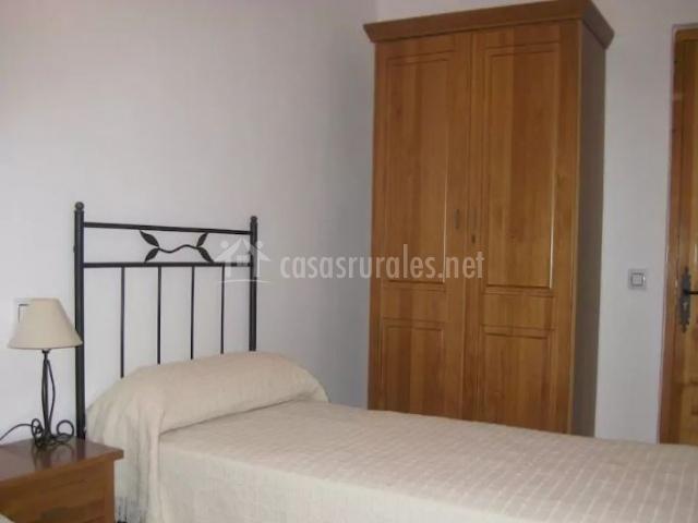 Dormitorio doble con armario y lamparita en la mesilla