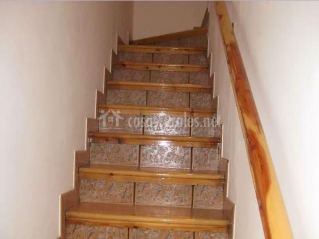 Escaleras con pasamanos de madera