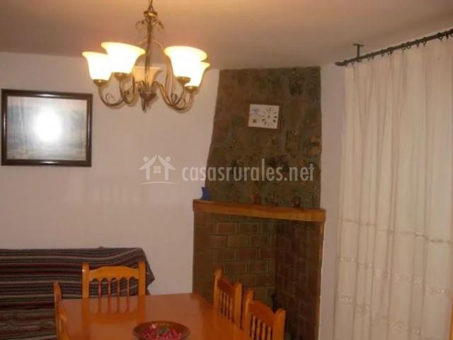Sala de estar con chimenea en la esquina en piedra y ladrillo