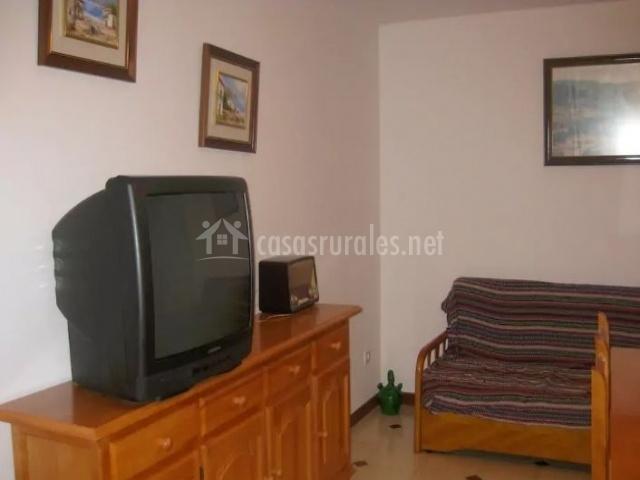 Sala de estar con televisor junto a los sillones