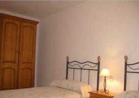 Dormitorio doble con armario y mesa