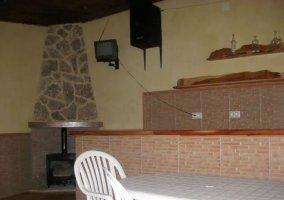 Sala de reuniones con chimenea y barra