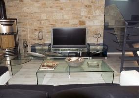 Salón con sofó y televisión de plasma
