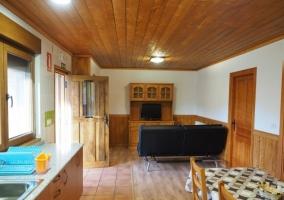 Sala de estar con cocina y comedor al lado