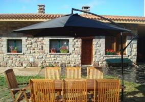 Acceso principal al alojamiento con zonas verdes y hamacas