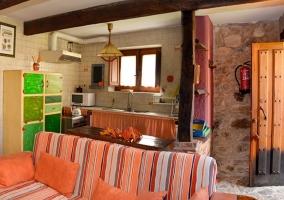 Sala de estar y cocina comunicadas