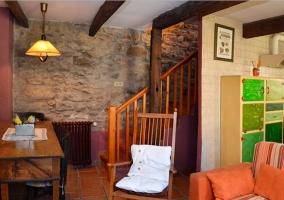 Sala de estar con chimenea en piedra y ladrillo