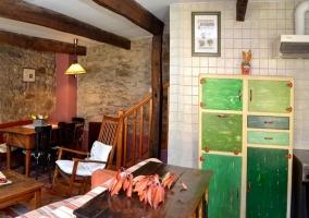 Sala de estar con paredes de piedra y escaleras