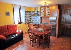 Sala de estar amplia con chimenea en el frente