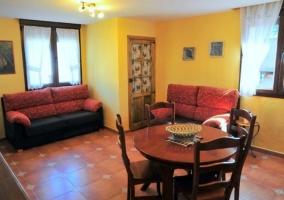 Sala de estar cocina y comedor con mesa redonda