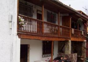 Acceso principal con terraza y detalles de madera