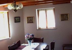 Comedor de la casa con mesa en el centro