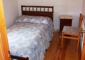 Dormitorio de matrimonio con silla