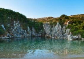Zona de la playa de Gulpiyuri