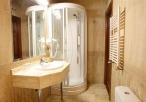 Dormitorio con aseo y ducha de hidromasaje