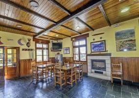 Bar con barra de madera y piedra