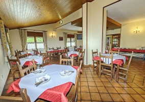 Comedor amplio con mesas