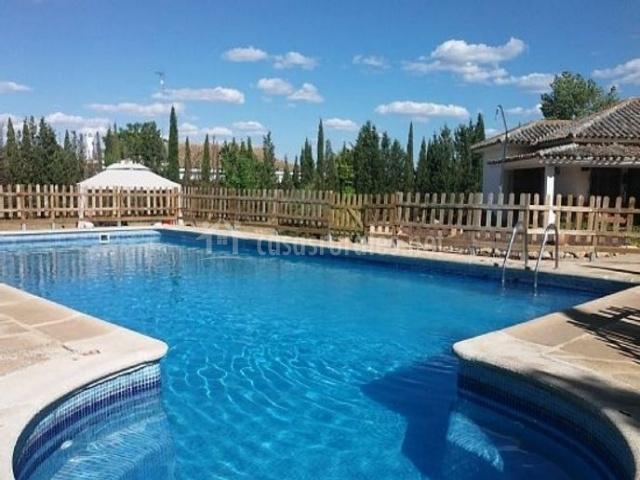 Acceso a la piscina de la casa vallada