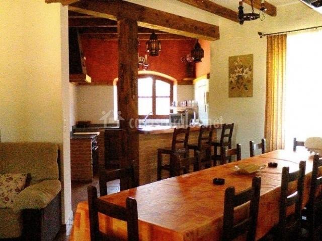 Cocina comedor con mesa alargada