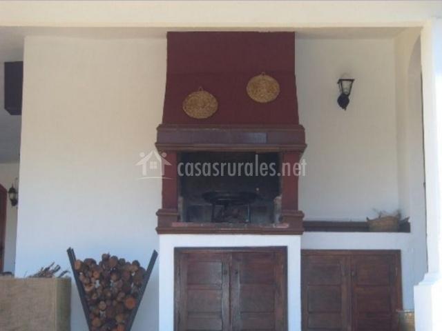 Vistas de la barbacoa y troncos de madera