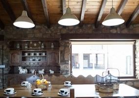 Cocina con mesa de comedor en madera