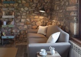 Sala de estar amplia con chimenea y televisor de plasma