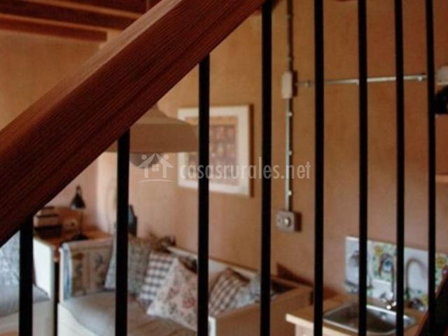 Dúplex sala de estar vista desde las escaleras