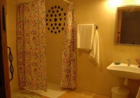 Adaptada dormitorio de matrimonio y aseo con ducha