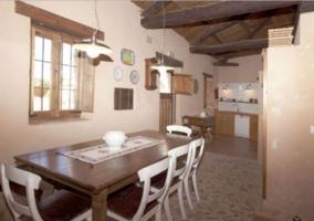 Cocina con mesa y sillas en madera y blanco