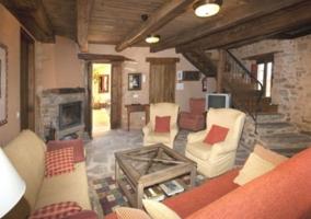 Sala de estar con la chimenea y sillones
