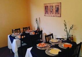 Restaurante en tonos morados