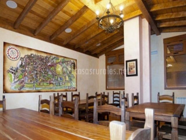 Comedor con cuadro y techos de madera