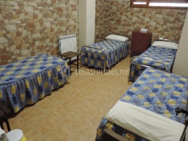 Dormitorio con colchas y mesilla