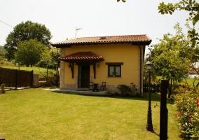 Acceso principal a la casa con los jardines