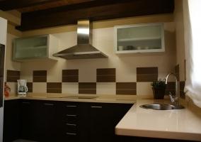 Cocina completa con varios armarios y cajones